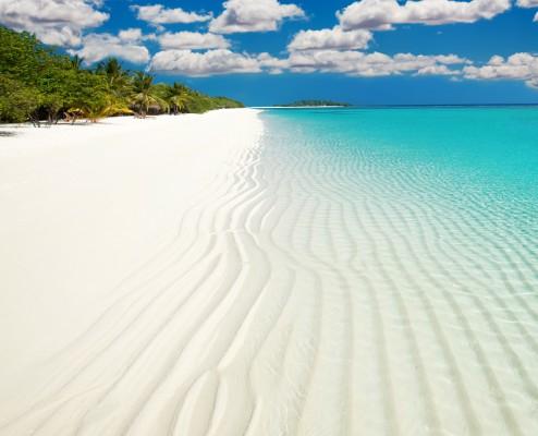 Maldív szigetek tengerparti kép homok és víz