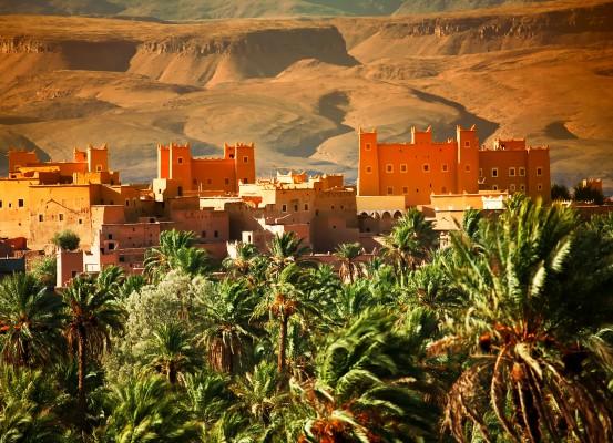 Marokkó - városkép pálmákkal