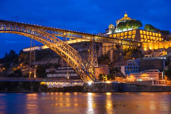 portugália kikötő éjszakai kivilágitott vár kép