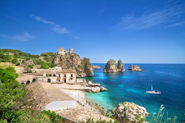 szicília tengerpart házakkal hajóval