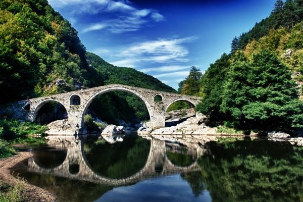 bulgária-ördög híd erdővel